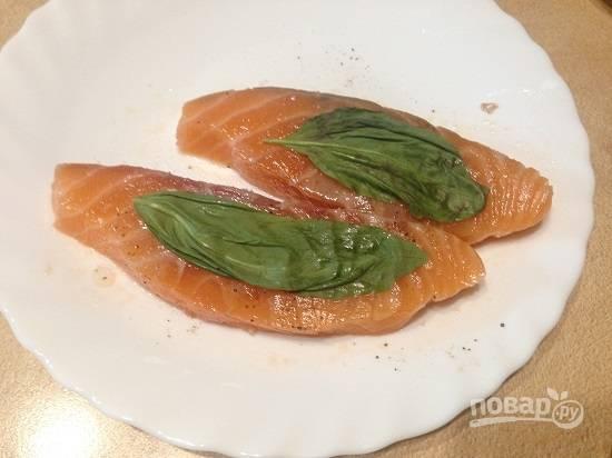 3. Рыбка должна минут 10 промариноваться. Затем рыбные ломтики с двух сторон обкладываем листиками базилика.