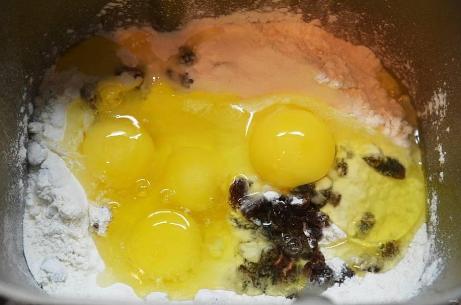 4. Добавьте яйца.