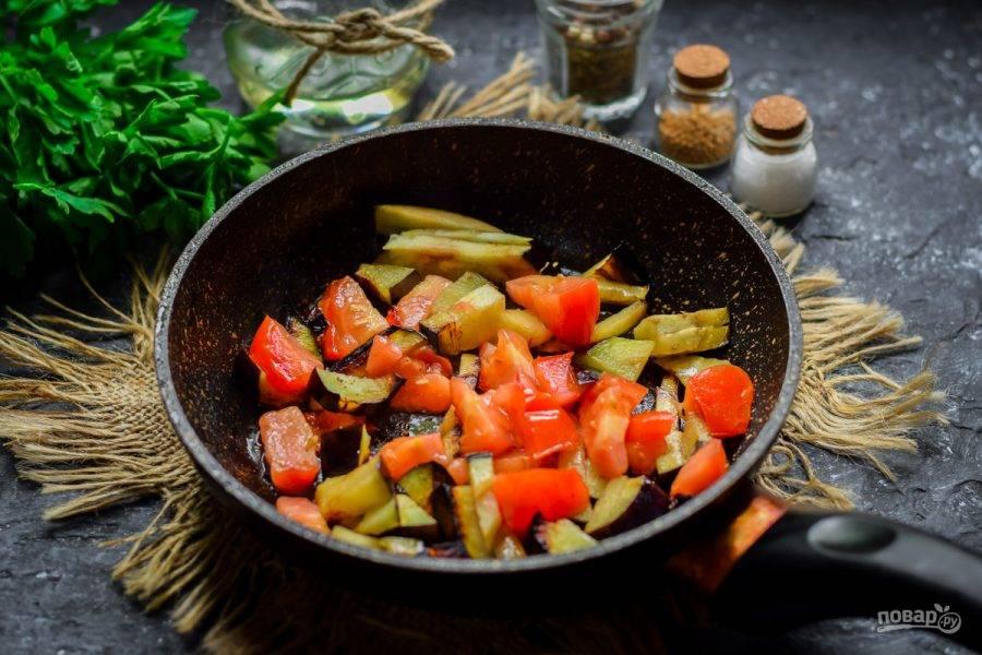 В сковороде прогрейте немного растительного масла, переложить баклажаны и помидоры, жарьте 3-4 минуты.