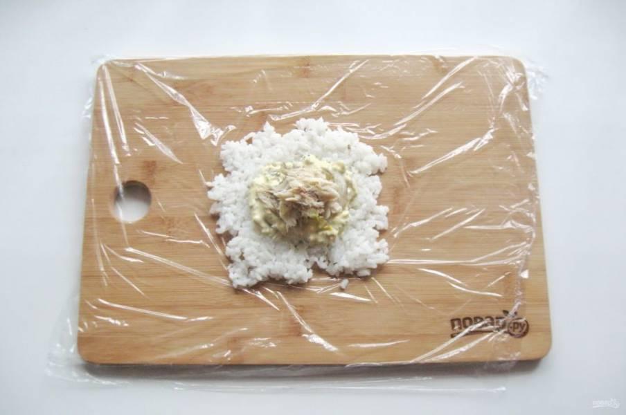 На соус выложите несколько кусочков риса.