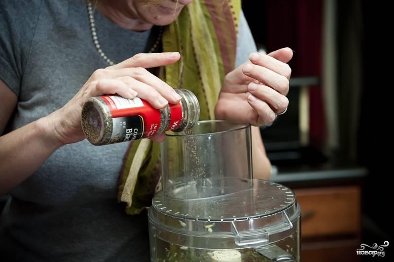 5. В блендер засыпьте черный молотый перец. Любителям перечного вкуса мяса советую добавить чайную ложку (а то и две!) перца. Прокрутите блендер еще пару-три раза.