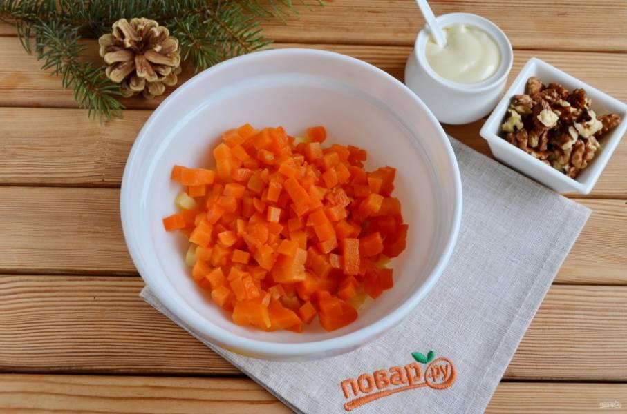 3. Порежьте морковь кубиками, добавьте её к картофелю.