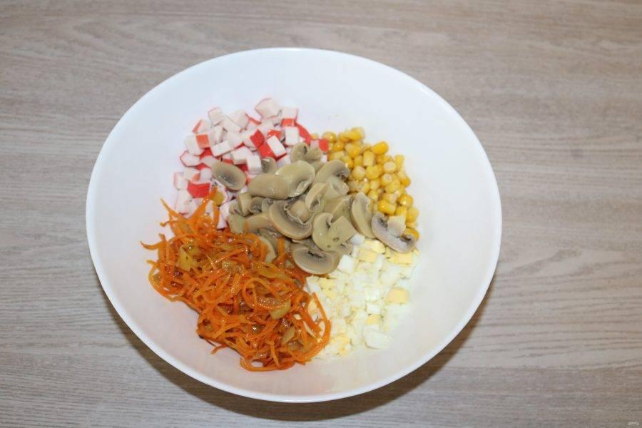 Соедените в салатнике все нарезанные ингредиенты.