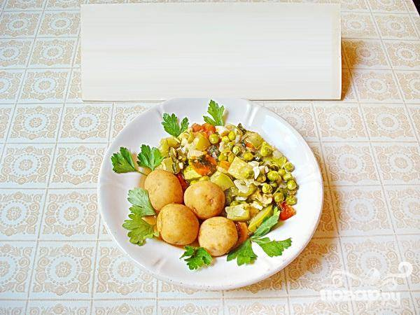 5.На небольшом огне, минут на пять оставляем рагу. После снимаем его с плиты и даем настояться. Мелкую молодую картошку (в кожуре) отвариваем отдельно. Серверуем овощное рагу, зелень и картофель.