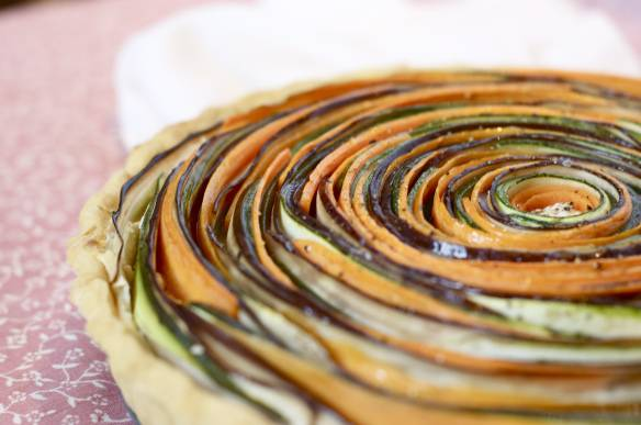 3. Теперь аккуратно выкладываем пластинки по кругу, от краев к центру вплотную друг к другу. Посыпаем специями и солим. Отправляем в духовку и держим там до полной готовности теста и овощей.