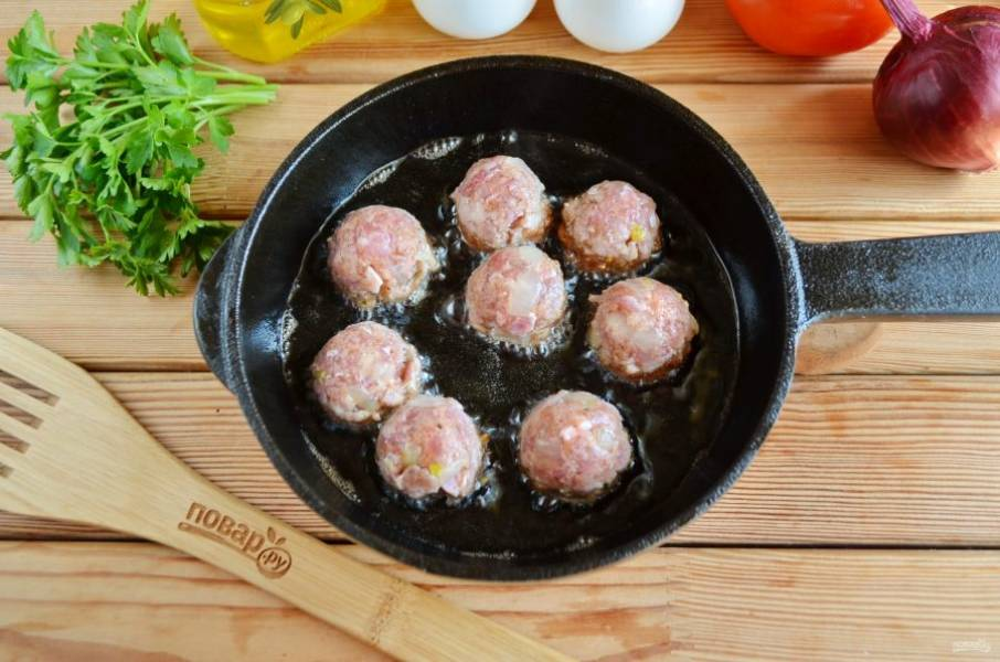 Разогрейте растительное масло, обжарьте мясные шарики со всех сторон до готовности, примерно 10 минут.
