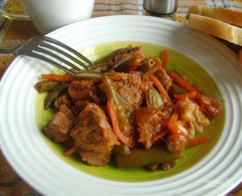 6. Подается говядина, тушеная с зеленой фасолью в горячем виде как самостоятельное блюдо. Соль и специи добавляйте по вкусу во время тушения.