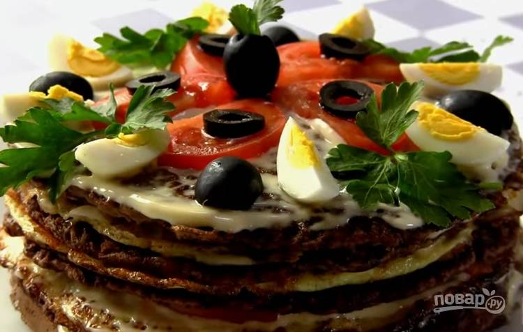 8. Украсьте торт помидорами, зеленью, половинками отваренных перепелиных яиц и нарезанными маслинками.