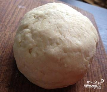 Замесите упругое и тугое тесто. Оно не должно прилипать к рукам. Оставьте его отдохнуть на полчасика. Можно завернуть тесто в пищевую пленку и положить в холодильник.