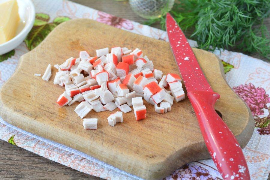 Крабовые палочки нарежьте средними кубиками.