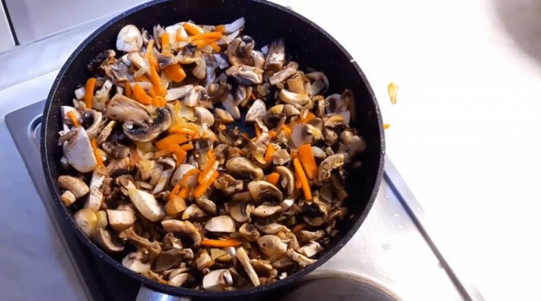 3. Посолите грибы, добавьте мускатный орех, веточки розмарина, черный перец и продолжайте обжаривать, постоянно помешивая, до готовности грибов.