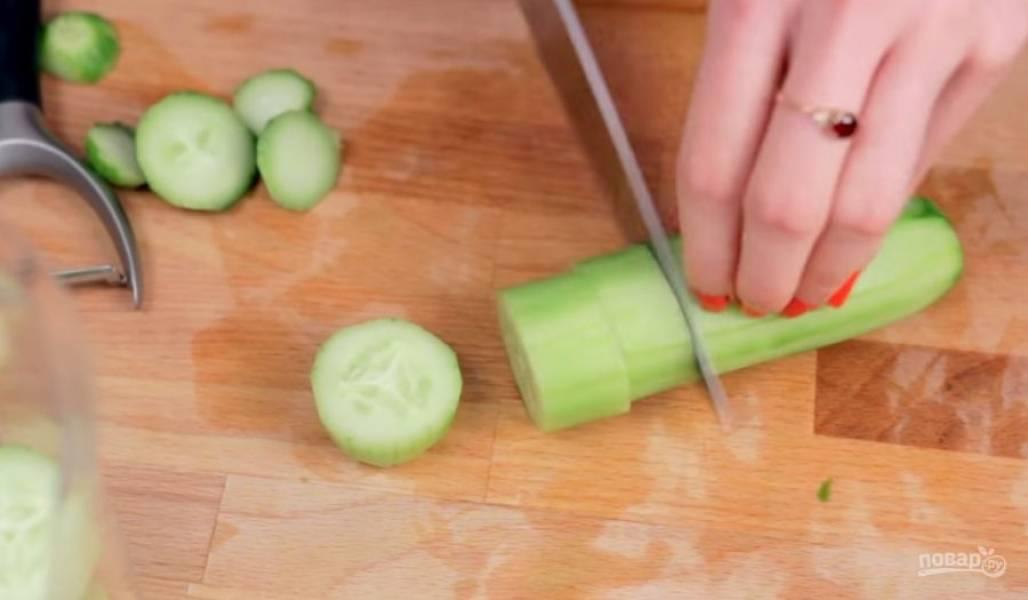 1. Для приготовления огуречного смузи огурцы очистите от кожуры. Затем нарежьте их на большие кусочки, чтобы их можно было измельчить с помощью блендера.