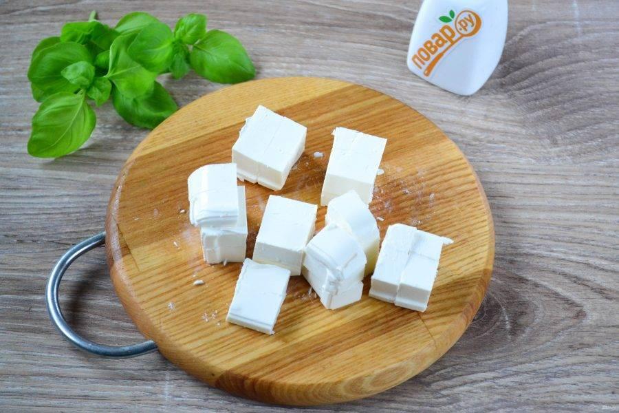 Сыр нарежьте на кубики примерно 1х1 см.