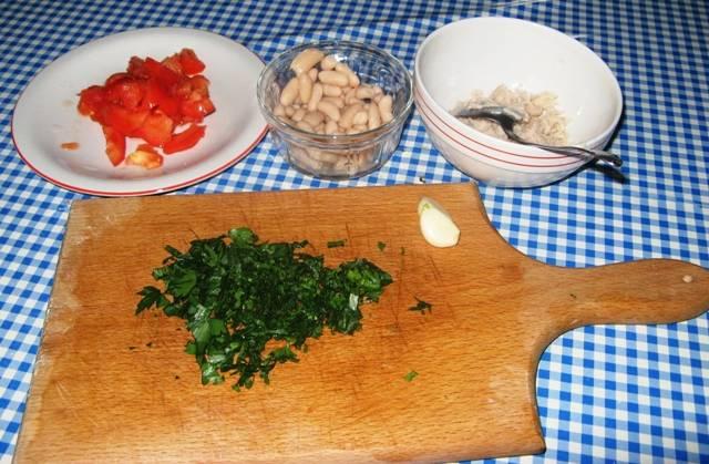 Измельчаем свежую зелень, нарезаем помидоры на небольшие кусочки, чеснок чистим.