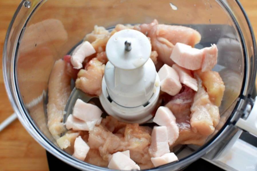 Рыбу очистите и выпотрошите. Снимите филе и уберите кости.  Нарежьте сало кусочками и пропустите вместе с щучьим филе через мясорубку или измельчите блендером.