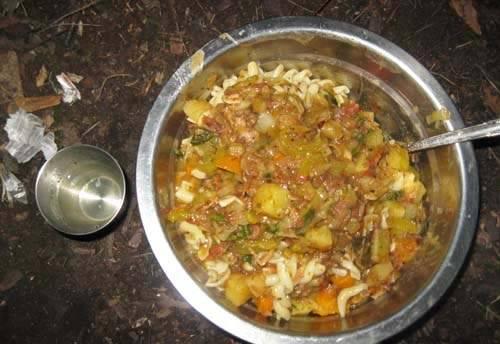 6. Отдельно отварим лапшу, и в тарелки накладываем сначала лапшу, а потом заливаем бульоном из казанка. Все готово, желаю вам удачной готовки!