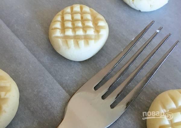 """3. С помощью вилки сделайте вот такую """"рубашку"""". Отправьте печенье в разогретую духовку минут на 10-12."""