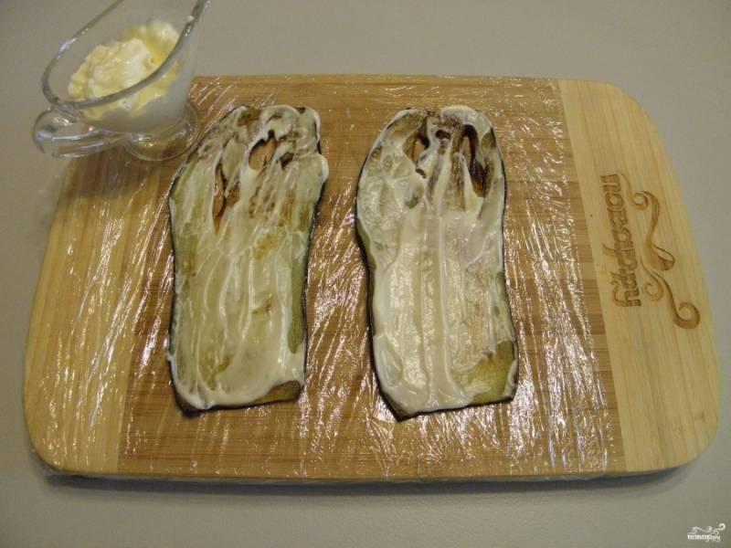 Жареным листочкам дайте остыть немного, смажьте майонезом.