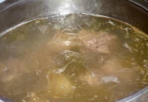 Используем приготовленный заранее мясной или куриный бульон. Если бульона нет, готовим его. В кастрюлю кидаем нарезанный и вымытый кусок мяса или птицы и варим его до готовности.