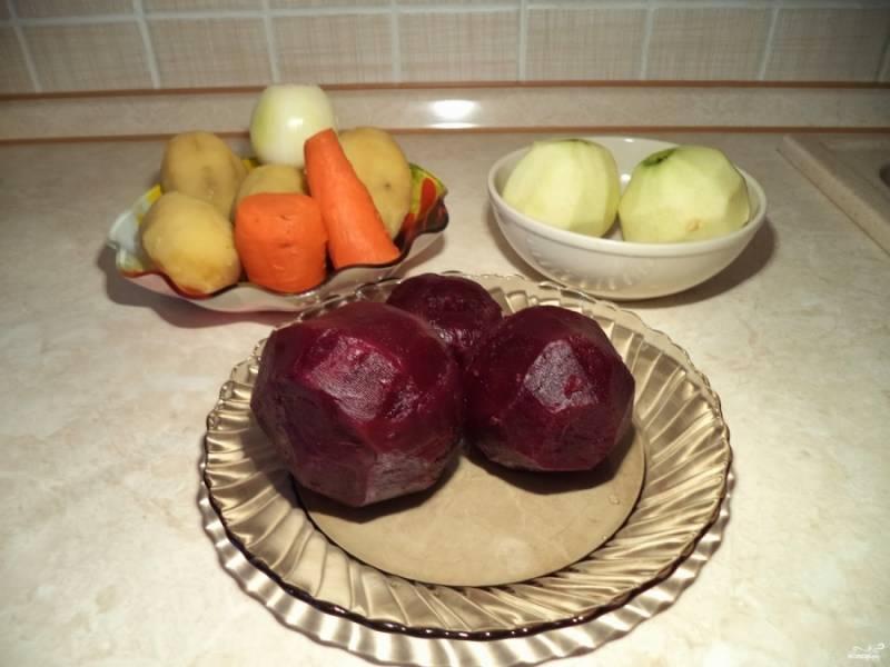 Почистите яблоки и отварные овощи. Свеклу советую порезать кубиками в отдельную миску, смазать ее маслом растительным - она тогда не так красить будет. Овощи и яблоки порежьте кубиками.