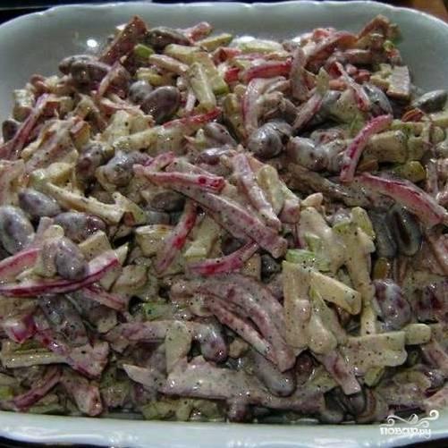 Хорошенько перемешиваем - и салат с копченой колбасой готов!