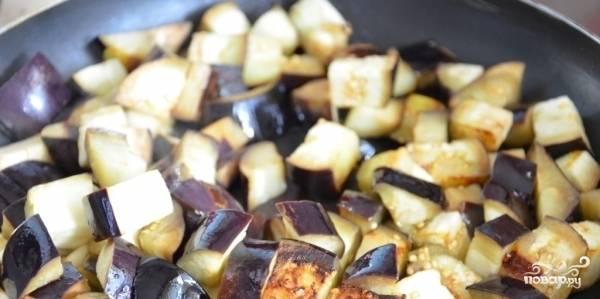 Жарим баклажаны около 15 мин. на огне, постоянно помешивая. Сковородка должна быть хорошо залита подсолнечным маслом.