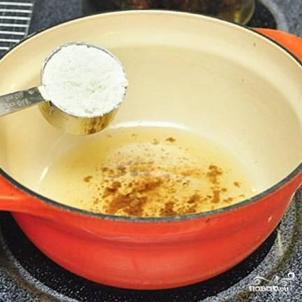 В небольшой кастрюльке растапливаем сливочное масло, туда же добавляем специи и муку.