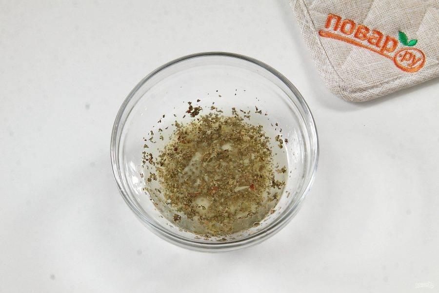 Запекайте все вместе еще около 20 минут. Тем временем, приготовьте заправку. Соедините оливковое масло, пропущенный через пресс чеснок, базилик и свежевыжатый сок лимона. Хорошо перемешайте.
