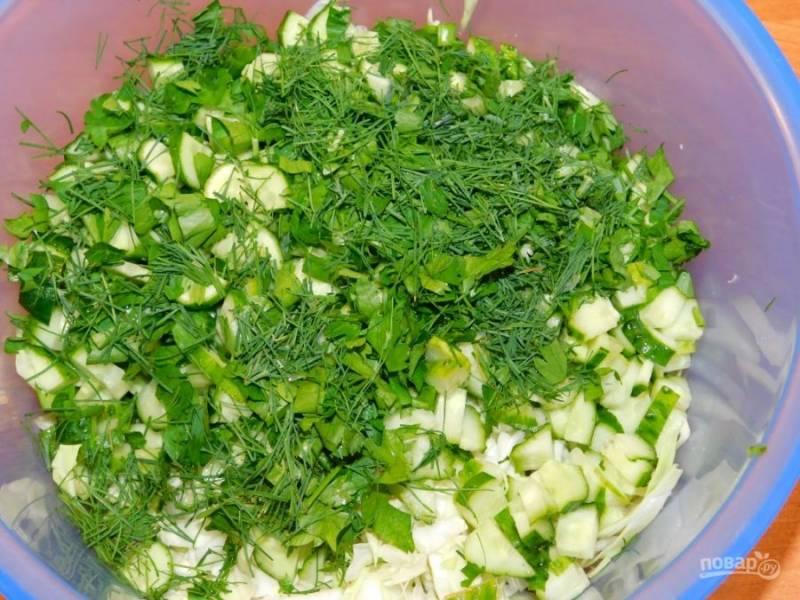А также нарезанную зелень. Заправьте салат майонезом и хорошо перемешайте.