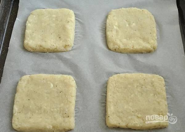 4. Сформируйте из полученной массы тосты, выложите их на противень, застеленный пергаментом.