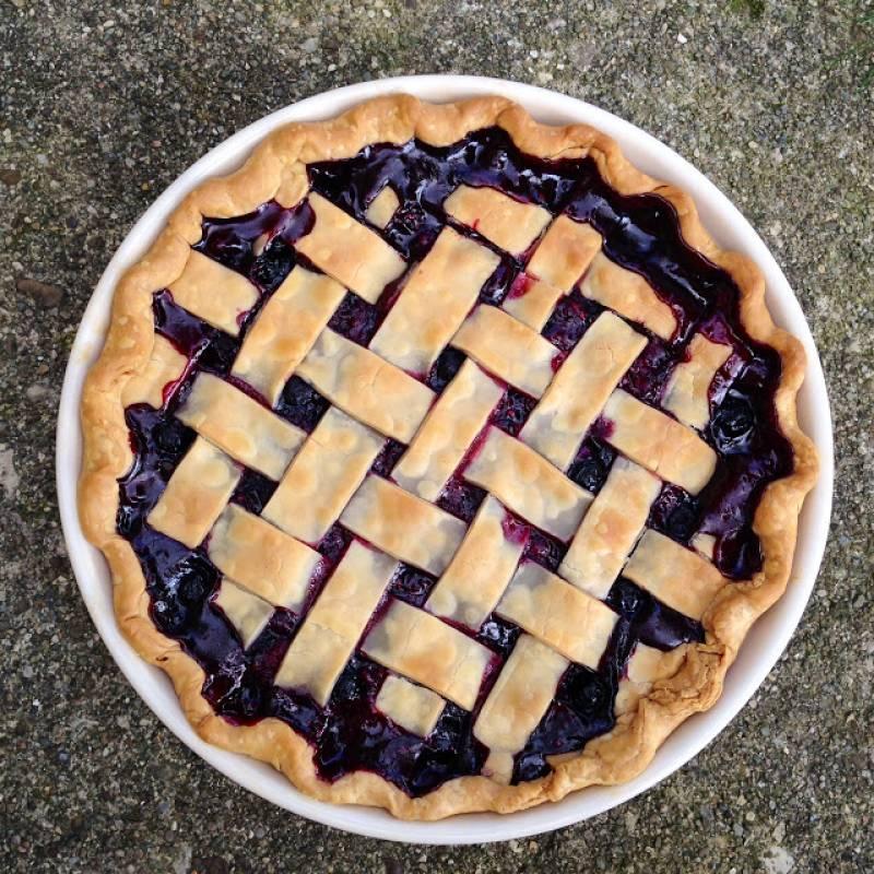 3. Запекаем примерно полчаса, пока тесто не станет румяным, а ягоды не начнут напоминать желе или варенье. Готово!