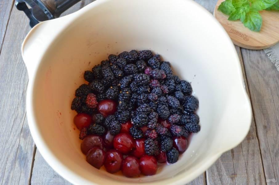 Переберите ягоды, отсортируйте спелые и целые ягоды от испорченных. Вымойте их тщательно. У шелковицы отрежьте зеленые хвостики, у вишен удалите косточки. Это легко сделать при помощи трубочки для коктейлей. Блендером пюрируйте ягоды до однородного состояния.