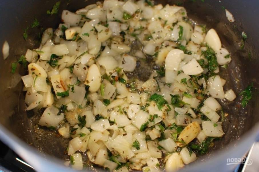 3.Нарежьте мелко половину пучка петрушки. Добавьте ее, а также орегано, тимьян, базилик, перемешайте и обжаривайте еще пару минут.