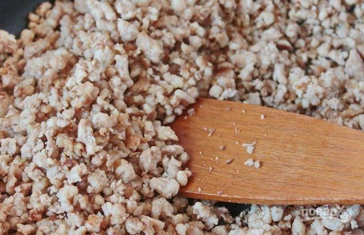 Первым делом вам необходимо подготовить фарш для лазаньи. Для этого разогрейте сковороду, влейте на нее немного растительного масла и обжарьте на нем фарш в течение десяти минут.