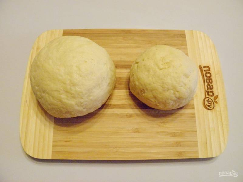 Разделите тесто на две неравных части. Меньшую часть положите в пакет и отправьте в морозилку на 40-50 минут. После морозилки легче будет ее натереть на терке.