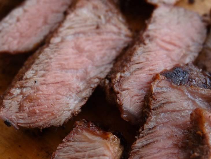 Мясо жарим по 6-7 минут с каждой стороны. Переворачиваем один раз.