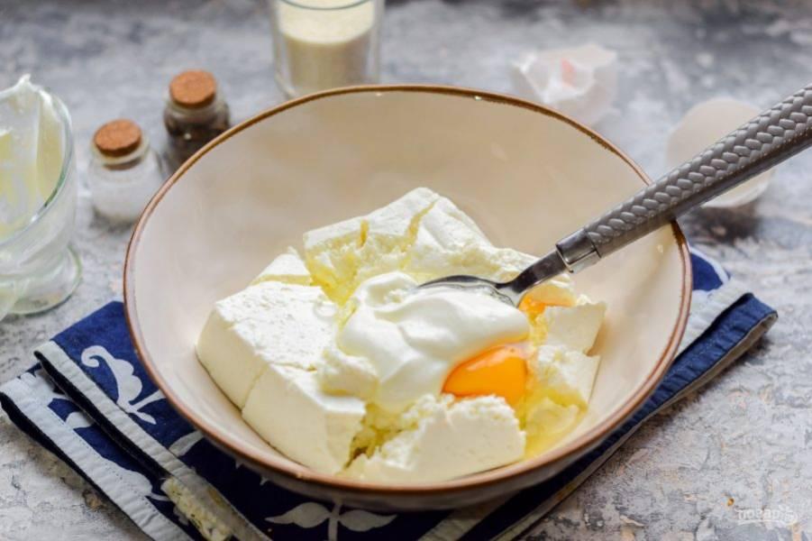 Добавьте в творог легкий йогурт, буквально несколько ложек.