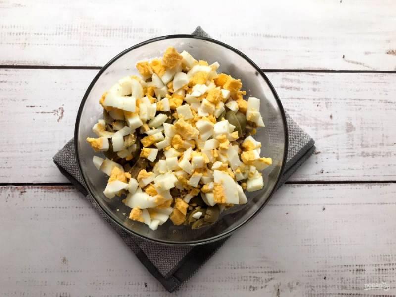 Варены яйца очистите от скорлупы, нарежьте и добавьте к остальным ингредиентам.