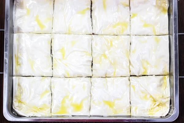 5.Смажьте верхний слой теста смесью масел и нарежьте кусочками.