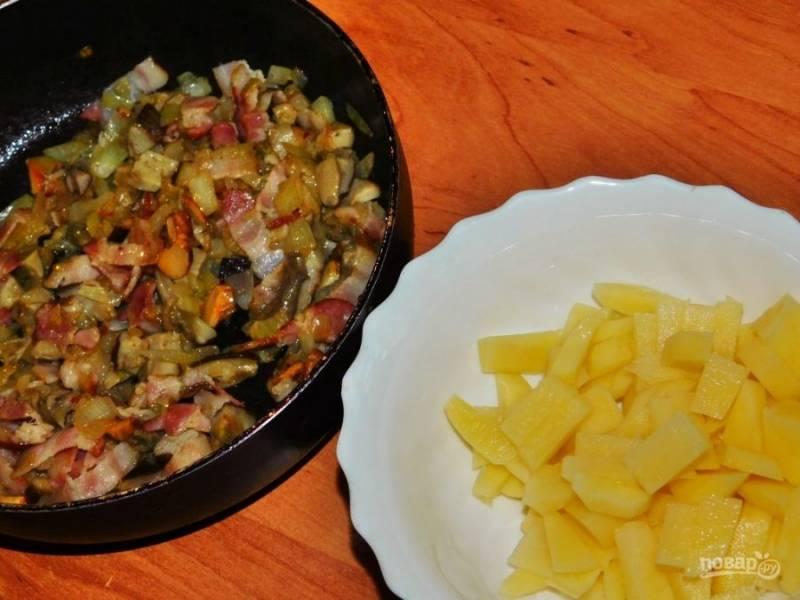 Добавьте к гороху грибную зажарку и нарезанный картофель. Проварите все вместе еще минут 20-30. По вкусу подсолите.