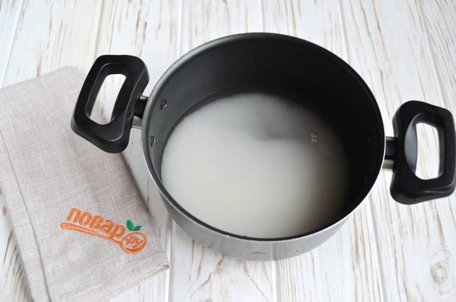 2. Воду соедините с сахаром, поставьте на огонь и доведите до кипения, проварите минутку, чтобы образовался легкий сахарный сироп. Можно чуть дольше варить, если хотите получить карамельный вкус.