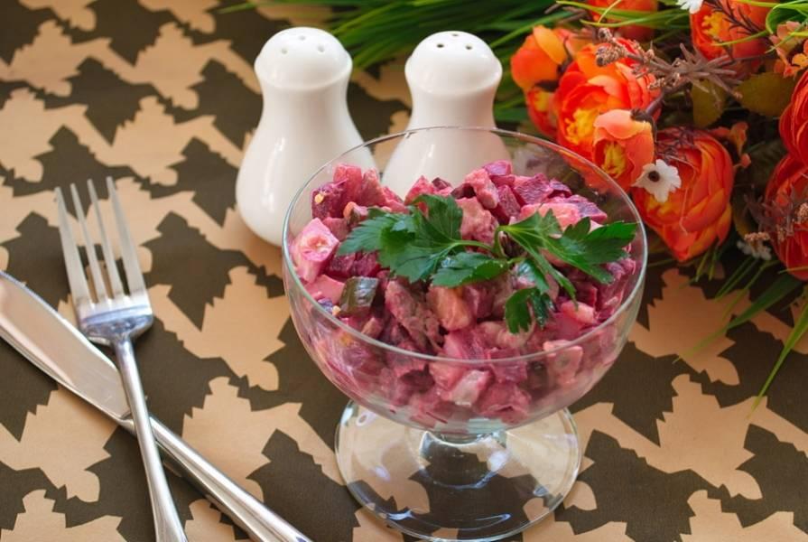 Подайте салат в подходящей посуде. Я люблю использование необычной посуды. Очень нравится подача салатов в стаканах, бокалах, креманках для десертов.