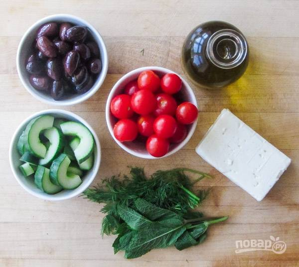 2.Вымойте томаты и нарежьте их пополам (если черри), а крупные нарежьте кусочками. Огурцы разрежьте вдоль пополам и нарежьте полукольцами.