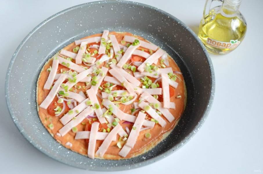 6. Положите начинку. Я порезала тонко  помидор, зеленый лук, ветчину.