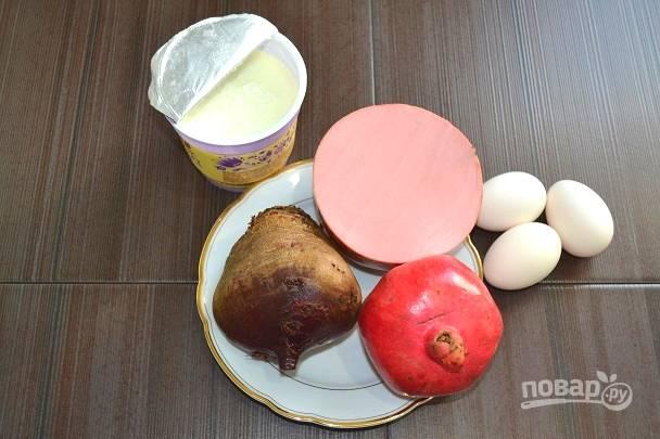 1. Первым делом нужно отварить до мягкости свеклу и вкрутую яйца.