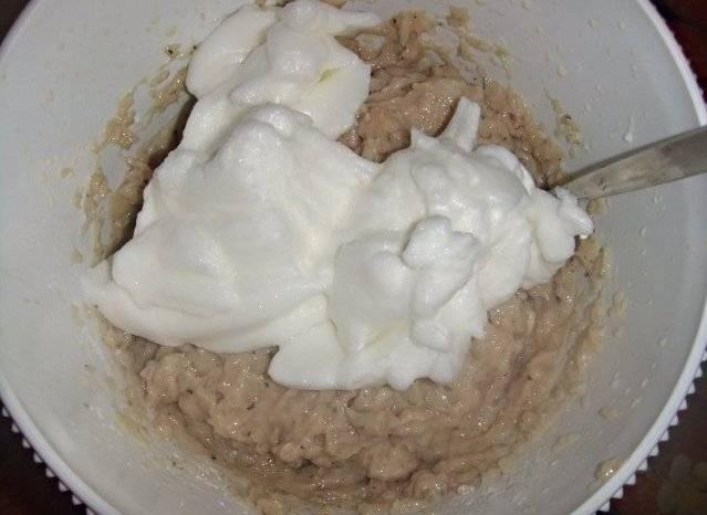 В отдельной посуде взбиваем до густой пены белки со щепоткой соли и выкладываем их в миску к мясной массой.