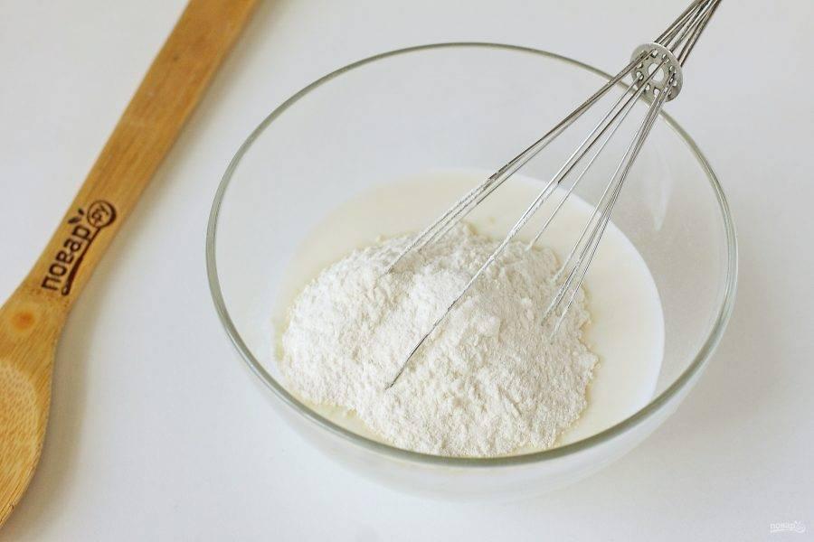 Перелейте кефир в глубокую миску, добавьте соль и сахар. Количество сахара не рекомендую увеличивать, оладьи могут не получиться такими пышными как надо. Перемешайте все и добавьте муку.