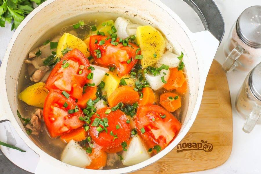 За 5 минут до готовности добавьте в емкость измельченную свежую зелень: петрушку, укроп, зеленый чеснок, можно и кинзу, если любите аромат такой зелени в блюдах.