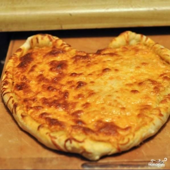 Выпекаем 10-15 минут при температуре 220 градусов. Как только тесто подрумянится, а сыр расплавится - значит, готово. Приятного аппетита! ;) Перед подачей можно посыпать свежей зеленью.