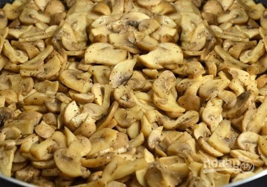 Грибы режем тонкими пластинками и отправляем на горячую сковороду с небольшим количеством растительного масла. Жарим до тех пор, пока из грибов не уйдёт лишняя жидкость.